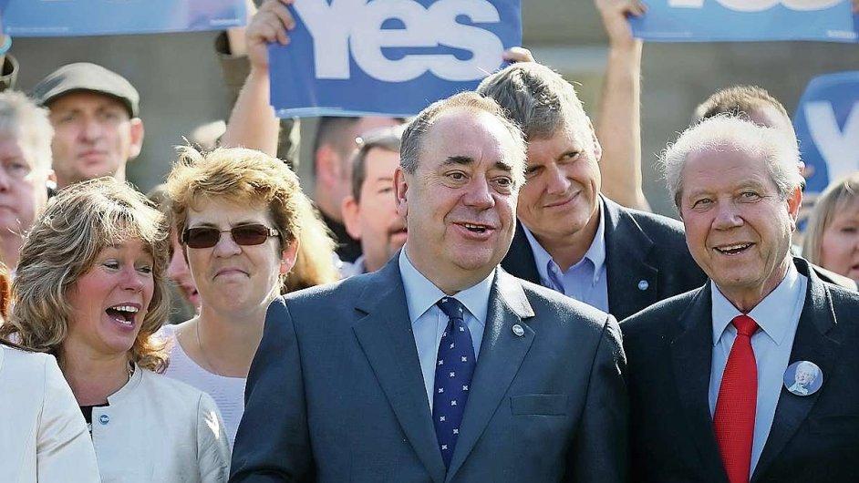 Šéf Skotské národní strany Alex Salmond (uprostřed)