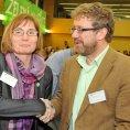 Jana Dr�palov� byla zvolena na sjezdu v Brn� novou p�edsedkyn� Strany zelen�ch. Vpravo je deleg�t Martin Ander.