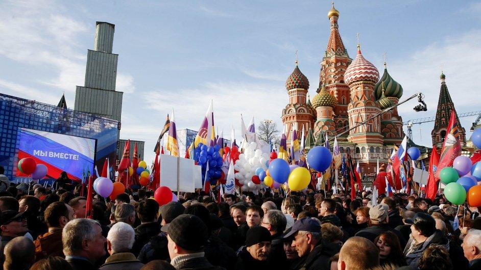 Lidé v Moskvě oslavují první výročí anexe Krymu.