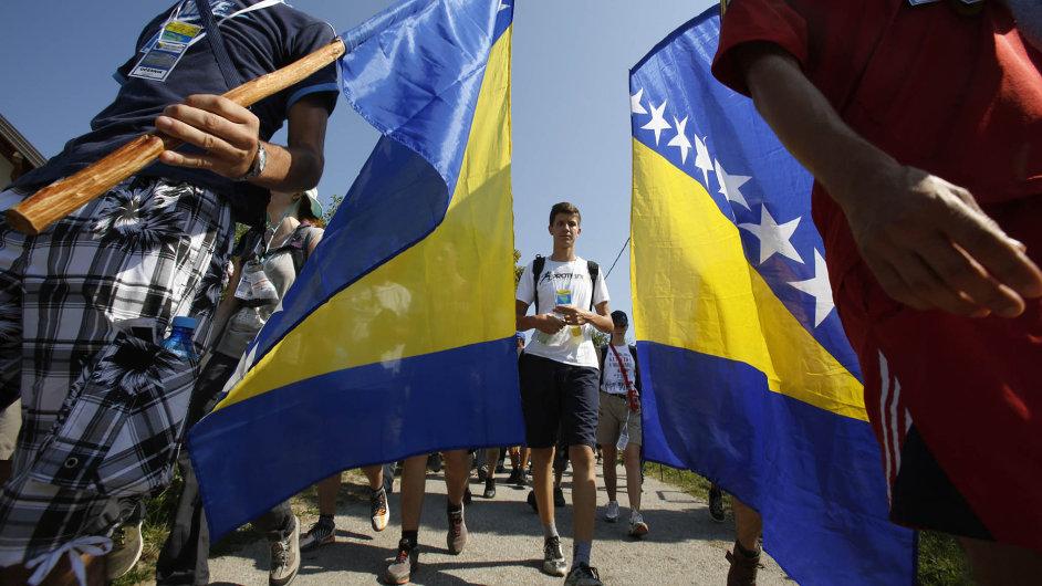 Přes devět tisíc lidí vyrazilo na pochod z vesnice Nezuk do Srebrenice. Připomínají si cestu, kterou v opačném směru urazili Bosňáci prchající poté, co