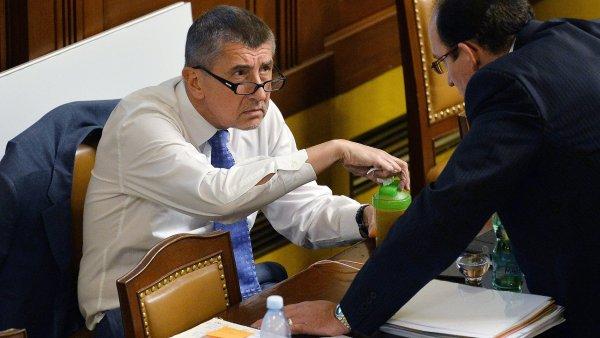 Ministr financí Andrej Babiš (vlevo) na schůzi Poslanecké sněmovny.