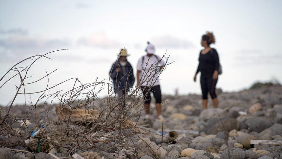 I lidé na Réunionu dále chodí na pláže a hledají jakékoliv části letadla ze zmizelého letu MH370.