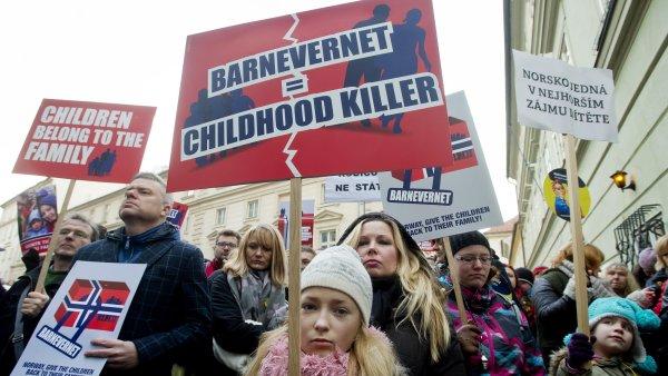 P�ed velvyslanectv�m Norsk�ho kr�lovstv� v Praze prob�h� demonstrace proti norsk�mu ��adu Barneverne.