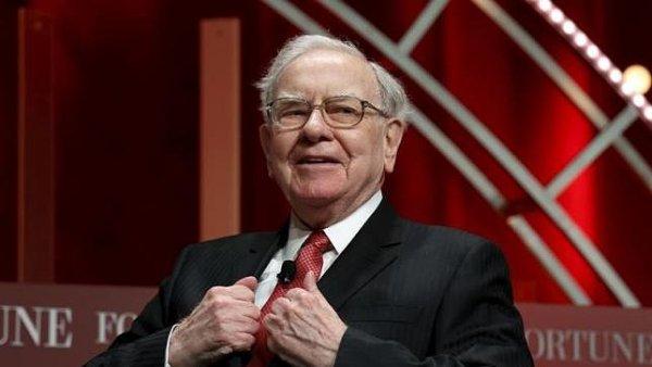 Warren Buffett sází na růst cen ropy.