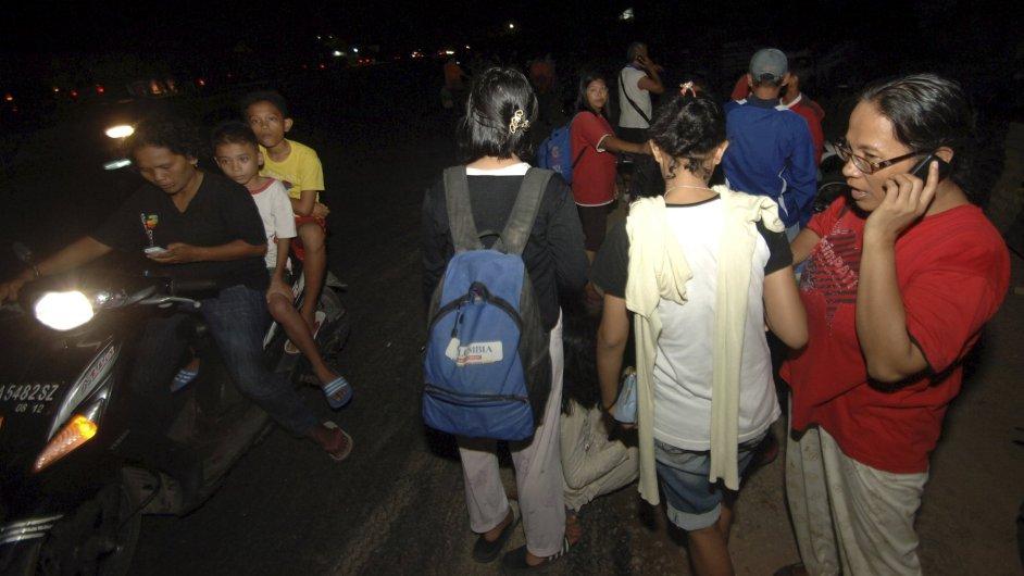 Lidé v Indonésii po otřesech hledali přístřešek před možnou vlnou tsunami.