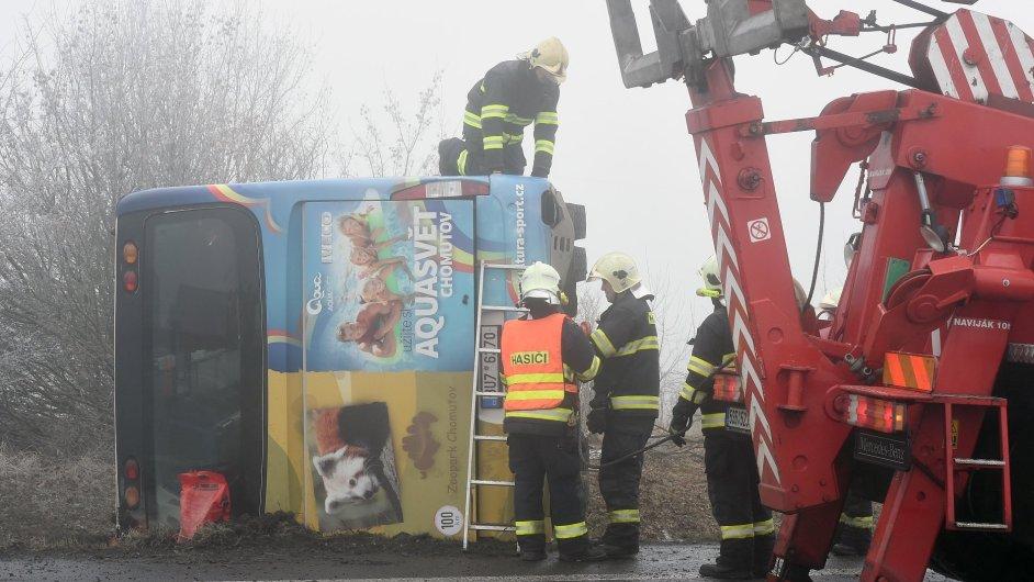 V úseku, kde školní autobus havaroval, bylo několik na sobě nezávislých nehod kvůli silné námraze a mlze.