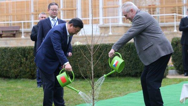 Čínský prezident Si Ťin-Pching přiletěl na svou první návštěvu České republiky. V Lánech se sešel s Milošem Zemanem.