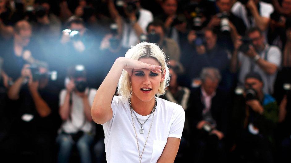 Kristen Stewartová proslula jako hvězda teenagerské upíří ságy Stmívání, teď v Cannes účinkuje ve dvou soutěžních filmech.