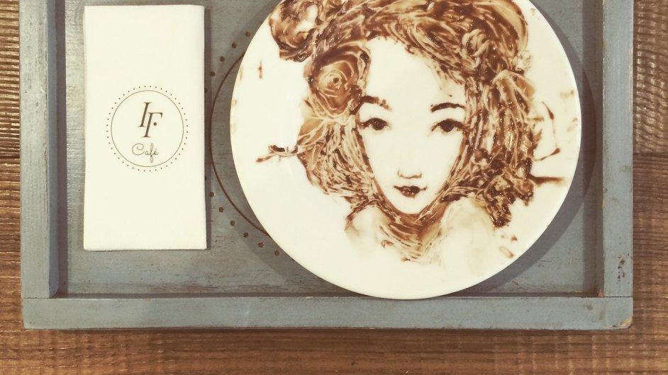 Léna Brauner vytváří umělecká díla na talíři.