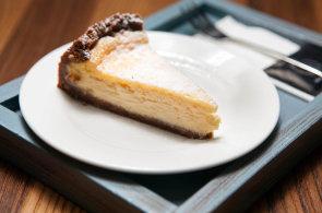 Nejstar�� dochovan� recept na cheesecake obsahuje mouku, med a s�r. Dnes je jeho p��prava o n�co slo�it�j��