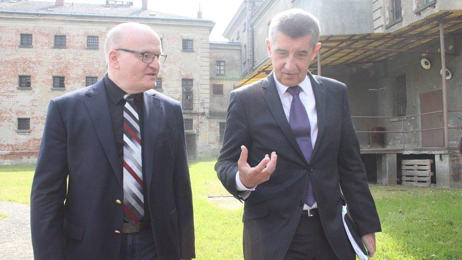 Ministr kultury Daniel Herman a ministr financí Andrej Babiš letos v květnu na prohlídce věznice v Uherském Hradišti.