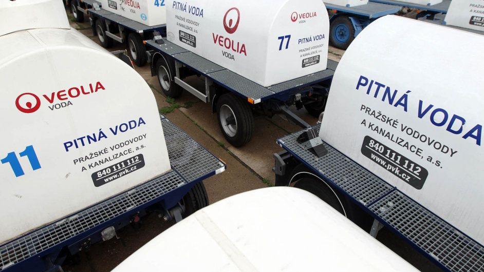 Firma Veolia ovládá 100 procent společnosti Pražské vodovody a kanalizace. Na snímku jsou její cisterny pro náhradní zásobování pitnou vodou.