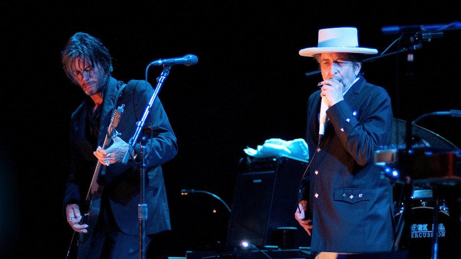 Bob Dylan (vpravo) na snímku z koncertu ve Španělsku v červenci 2012.