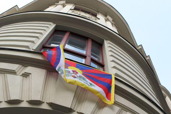 Vlajka Tibetu zavlála na úřadech, ve školách i galeriích po celém Česku.