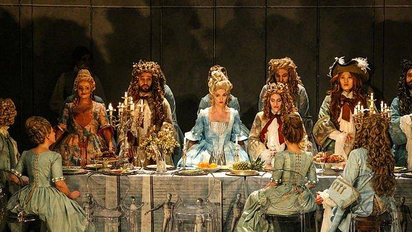 Na fotografii z inscenace Arsildy jsou zleva Lenka Máčiková (Mirinda), Fernando Guimaraes (Tamese), Olivia Vermeulen (Arsilda), Lucile Richardot (Lisea) a Kangmin Justin Kim (Barzane).