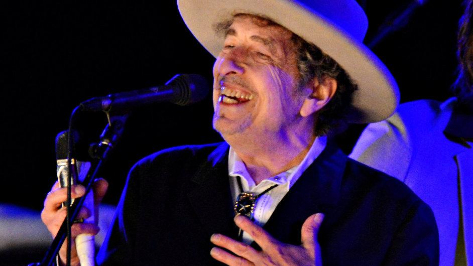 Bob Dylan na svých koncertech jen zřídka povoluje focení. Tento snímek pochází z koncertu v anglickém Kentu v červnu 2012.