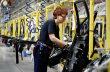 Češi berou oproti Němcům třetinové mzdy. Pracují v montovnách s nízkou přidanou hodnotou a nejsou ochotní se kvůli přilepšení angažovat v odborech.