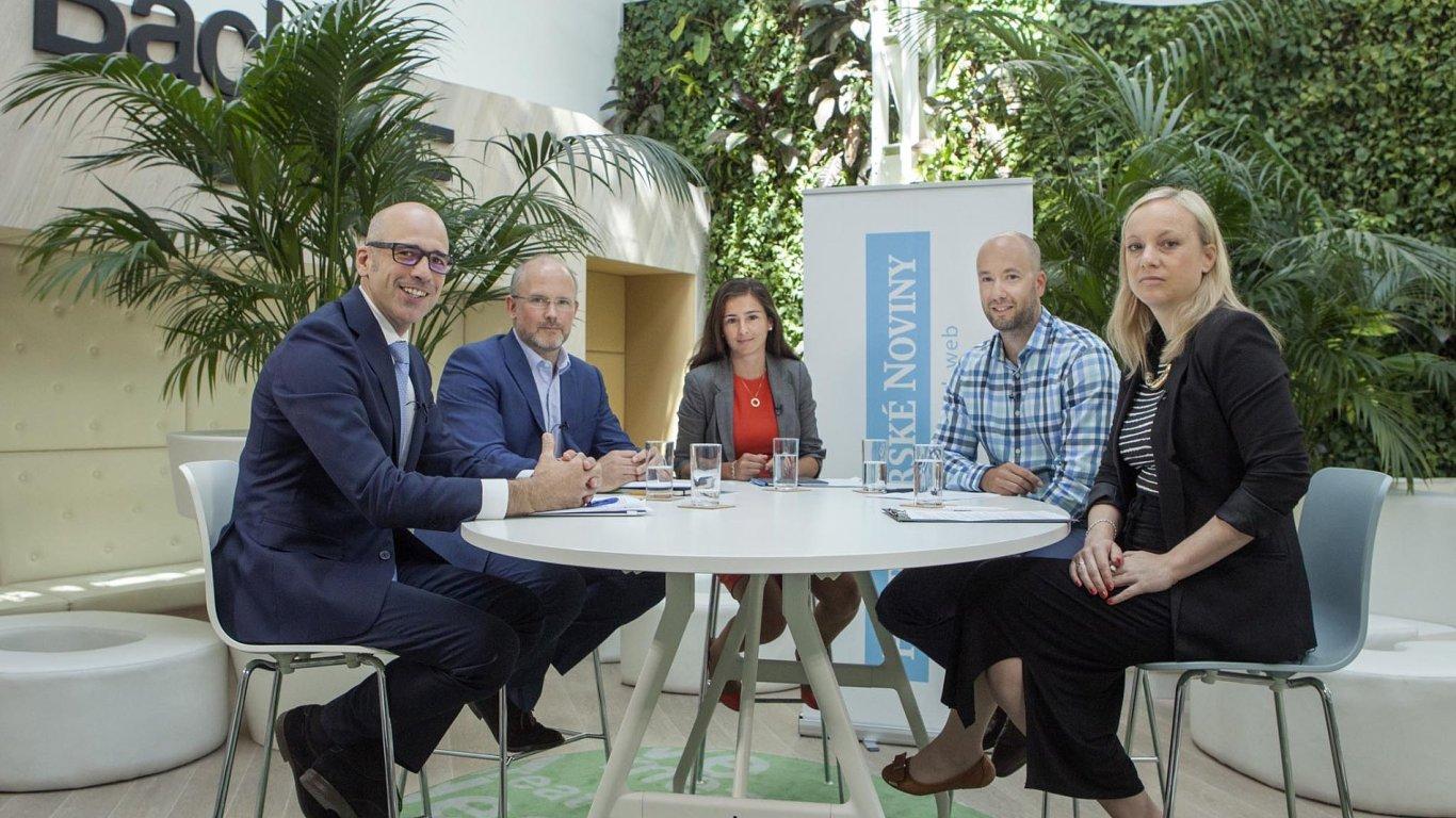 Zástupci architektů, developerů iobchodníků u kulatého stolu.