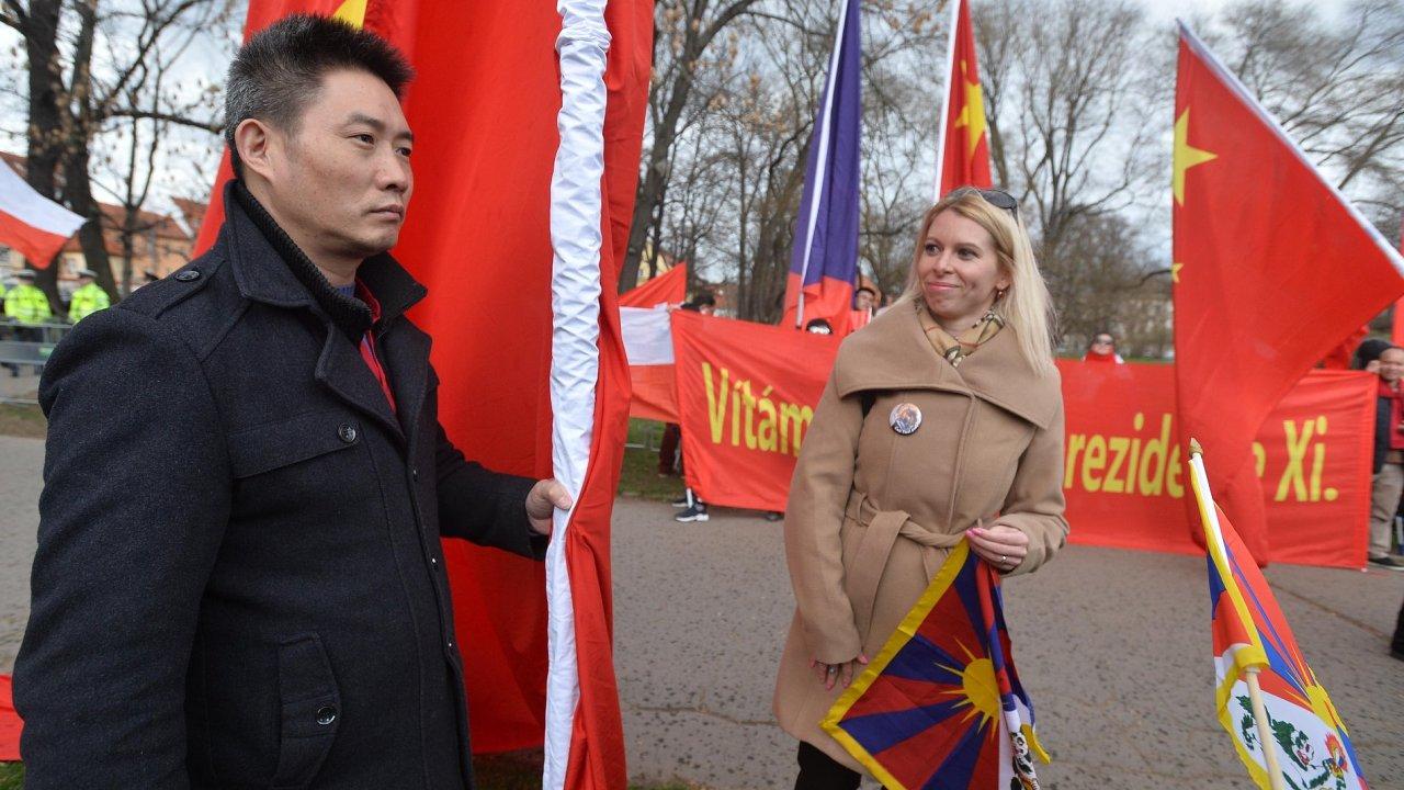 Na pražské Kampě se shromažďují protibetští aktivisté i fanoušci prezidenta Si.