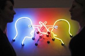 Londýnská galerie Tate Modern vystavuje neony Bruce Naumana, mluvené slovo zní z 22 reproduktorů