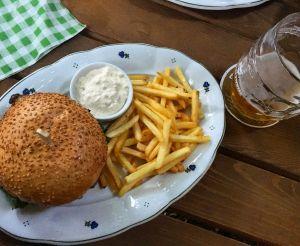 Burger s hranolky v Restauraci Na Slamníku