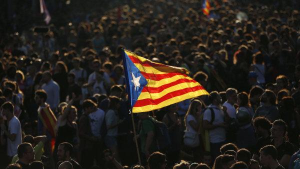 Katalánsko možná čeká historický okamžik. Tisíce lidí s napětím očekává rozhodnutí katalánské regionální vlády - Ilustrační foto.