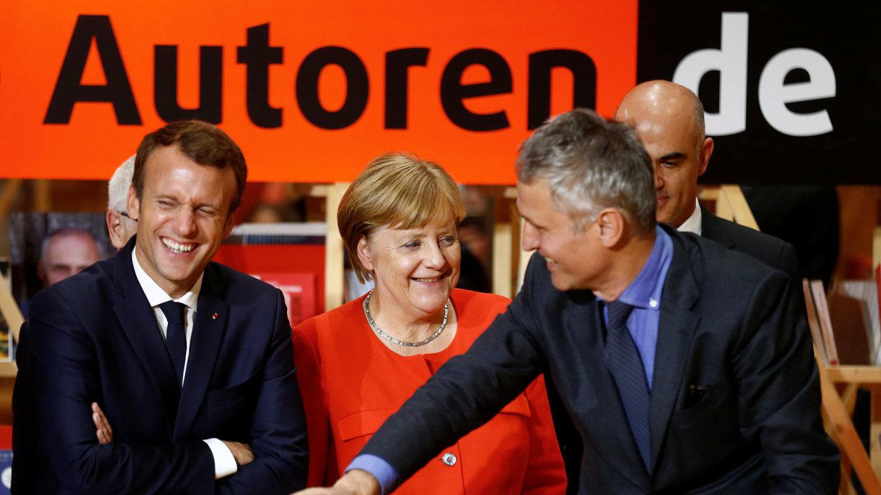 Na snímku ze zahájení Frankfurtského knižního veletrhu jsou francouzský prezident Emmanuel Macron a německá kancléřka Angela Merkelová.