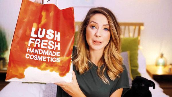 Britská blogerka, youtuberka a spisovatelka Zoella doporučuje produkty opravdu názorně (ilustrační snímek).