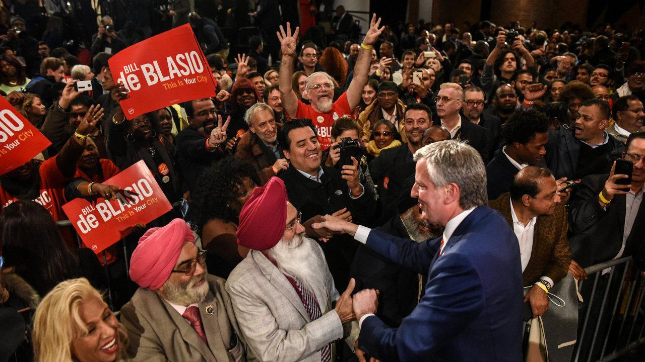 Na snímku ze začátku listopadu po svém znovuzvolení newyorským starostou je Bill De Blasio.