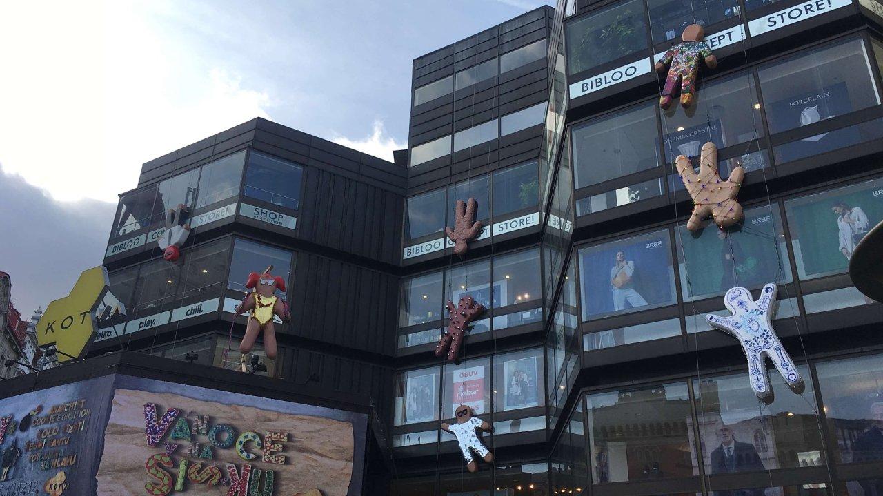 Umělec instaloval na obchodní dům Kotva jedenáct soch z perníkového těsta