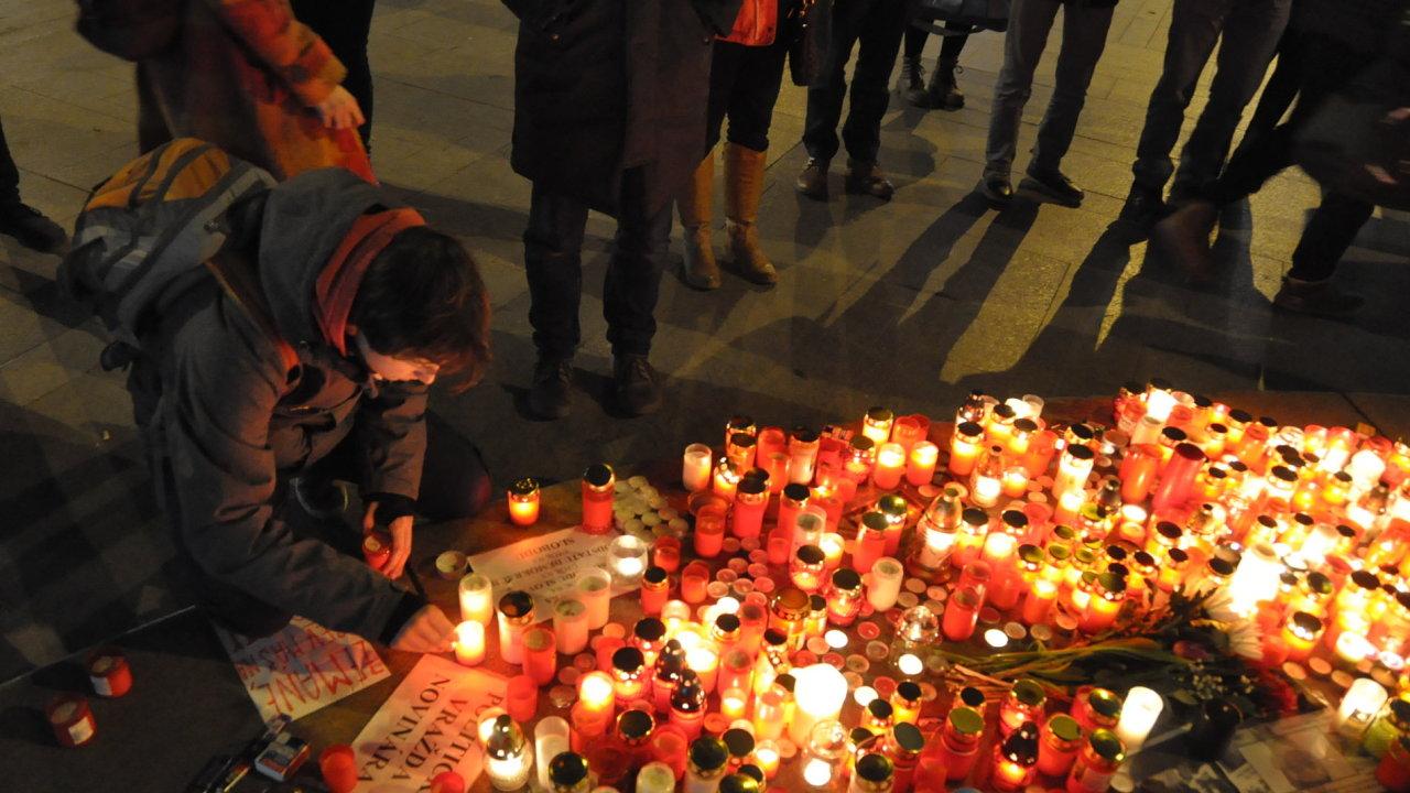 Na Václavské náměstí přišly desítky lidí k soše svatého Václava zapálit svíčky u fotografií s portrétem slovenského investigativního novináře Jána Kuciaka.