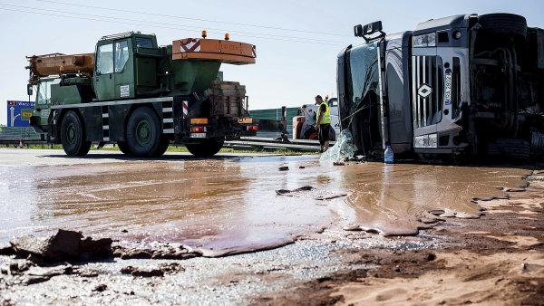 Dálnici v Polsku zalila čokoláda z převrácené cisterny.