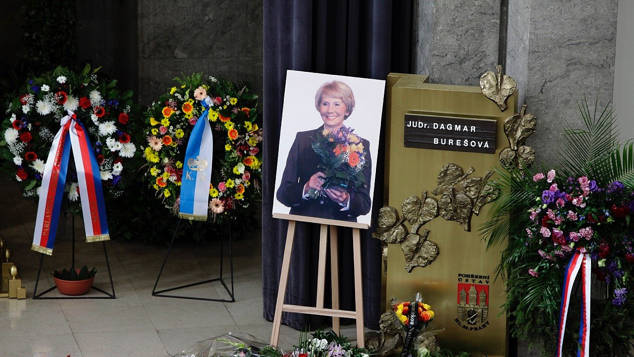 První polistopadová ministryně spravedlnosti Dagmar Burešová zemřela koncem června po dlouhé nemoci ve věku 88 let.