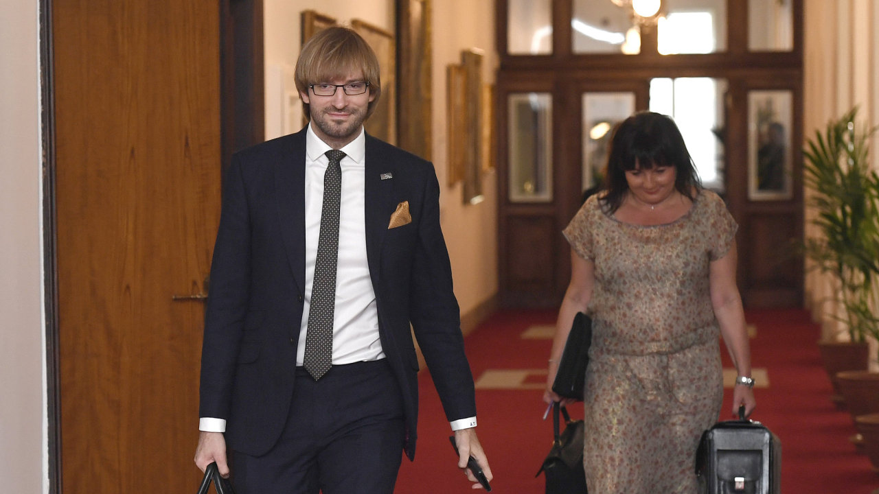 Ministr zdravotnictví Adam Vojtěch a ministryně financí Alena Schillerová přicházejí 10. října 2018 v Praze na jednání vlády.