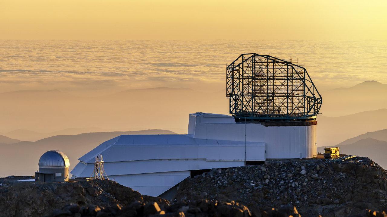 Nedokončený Velký celooblohový dalekohled za stmívání.