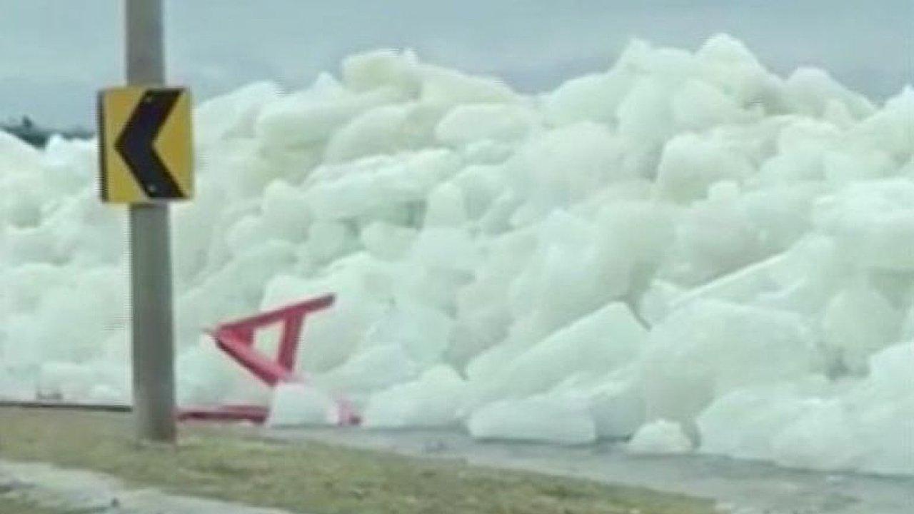 Z rozbouřeného jezera se vynořila ledová hradba.