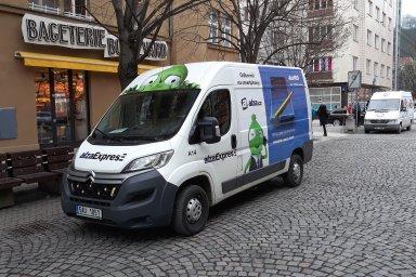 Alza zrychluje doručení přes své české i slovenské prodejny.