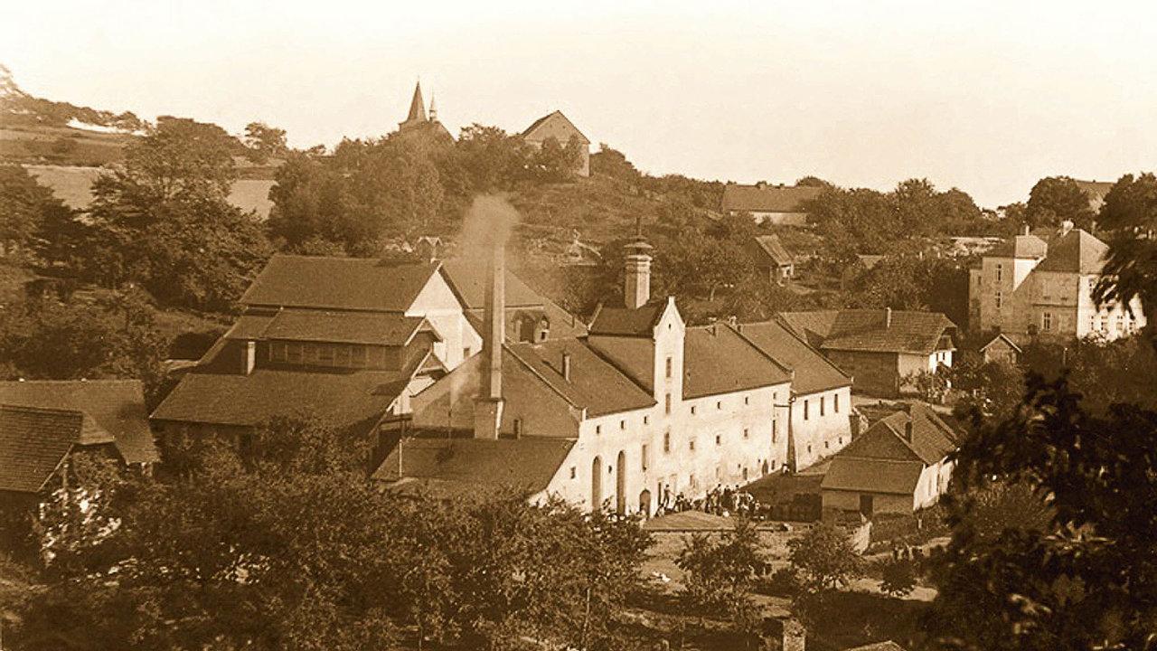 Jádro objektu pochází zkonce 16. století, nakonci 19. století tehdejší majitelé přebudovali technologii avzapadlé obcivznikl moderní parostrojní pivovar.