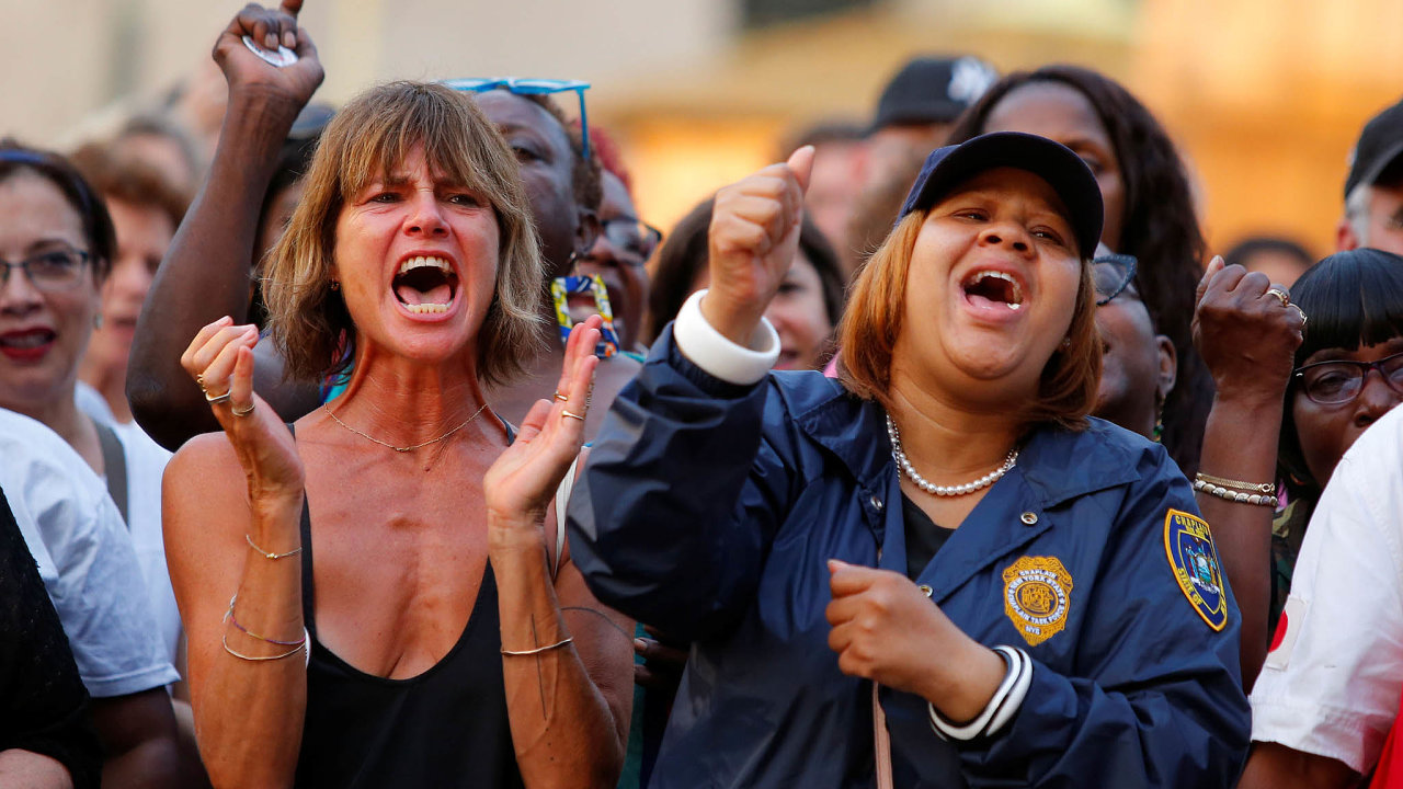 Akce kuctění obětí víkendových masakrů vEl Pasu aDaytonu se mísily sprotesty proti současné legislativě umožňující držení střelných zbraní. Nasnímku protestující ze shromáždění vBrooklynu.