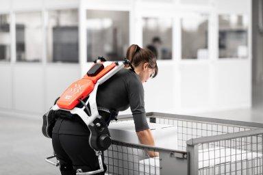 Pracovník s exoskeletonem.