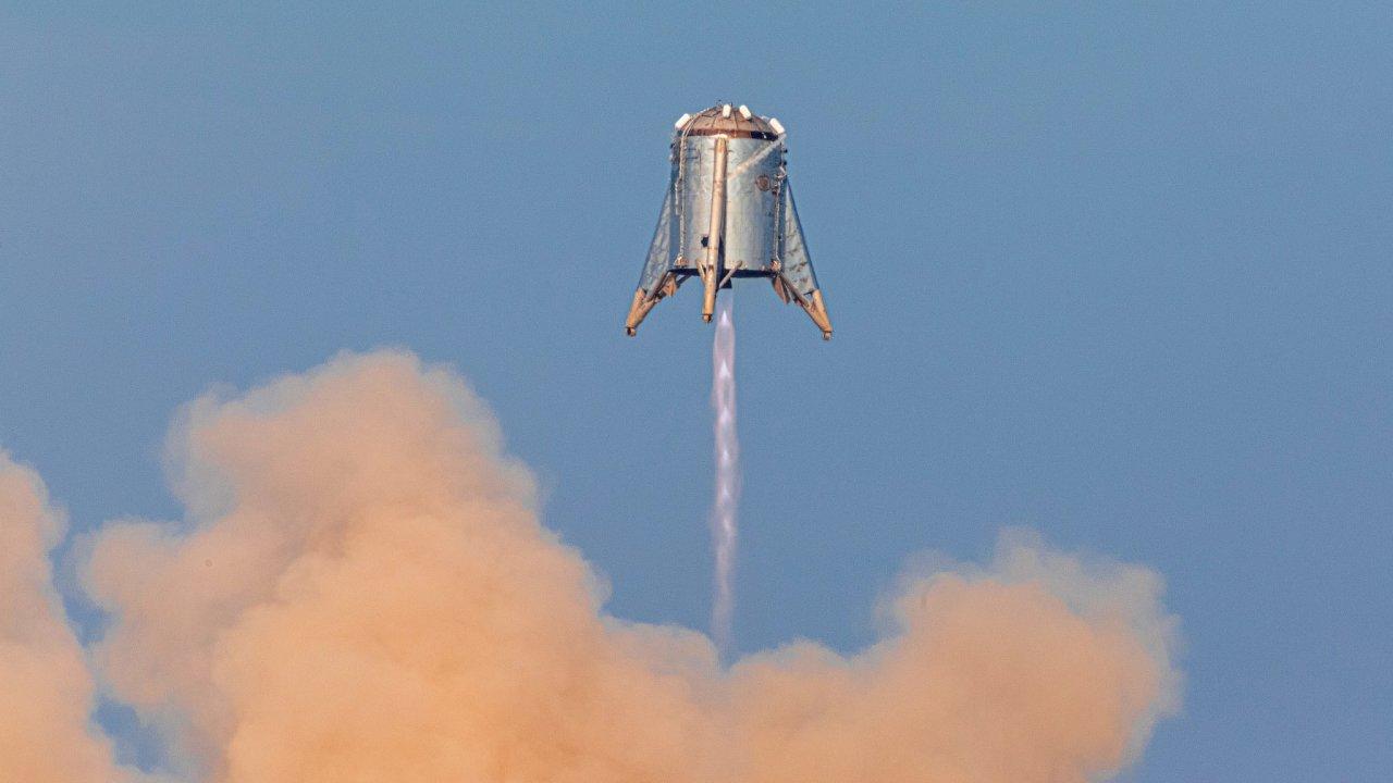 Starhopper při úterním zkušebním letu na kosmodromu společnosti SpaceX ve městě Boca Chica v americkém Texasu.