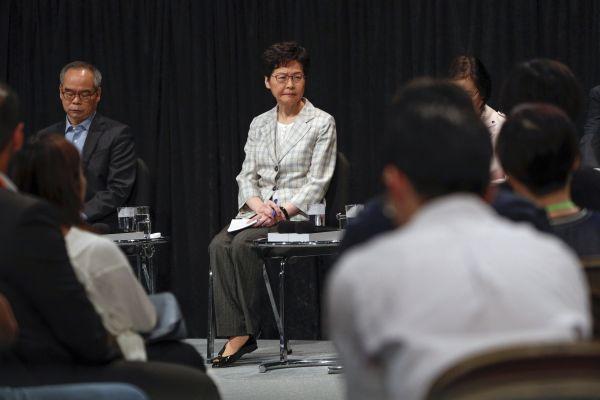 Správkyně Hongkongu Carrie Lamová jedná se zástupci demonstrantů.