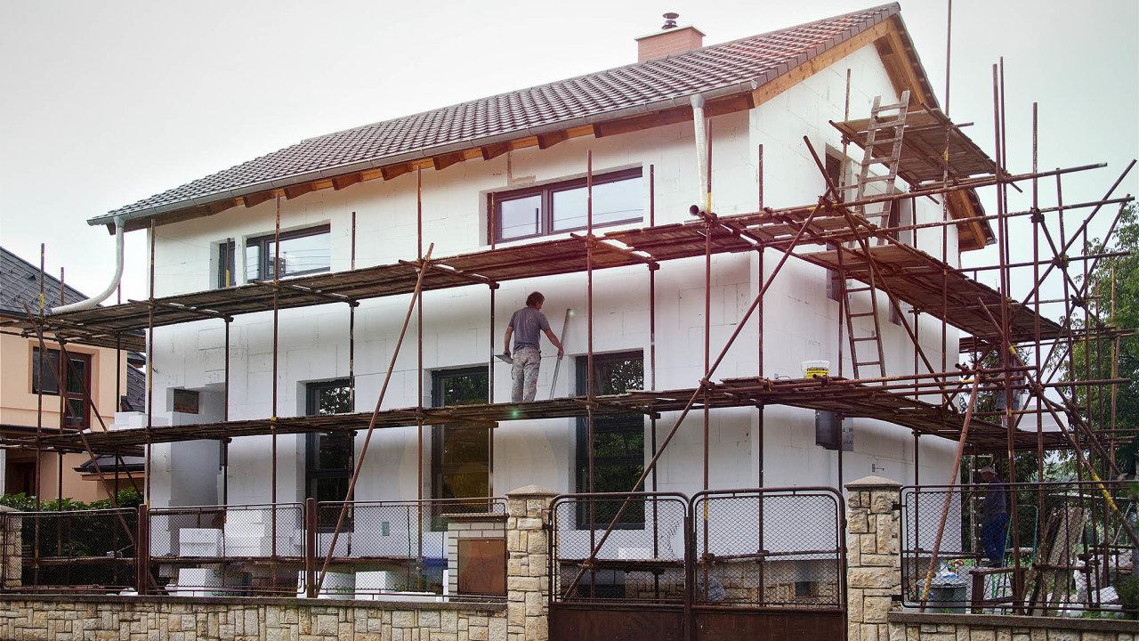 Odchod zkušených: Na stavbách pracují padesátníci astarší. Každým rokem odchází další zkušení do důchodu anejsou nikým nahrazováni, shodují se stavební firmy.