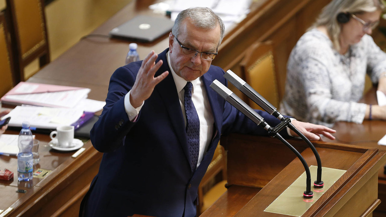 Proti zvýšení daní: Šéf poslanců TOP 09 Miroslav Kalousek patří khlavním kritikům vládního daňového balíčku. Uřečnického pultíku ho kritizoval už skoro čtyři hodiny.