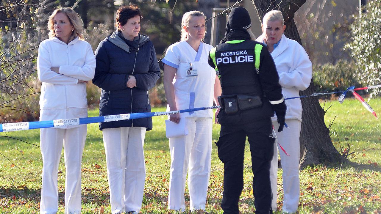 Pomoci psychologů se teď dostává i zdravotníkům a svědkům úterního útoku, při němž dvaačtyřicetiletý muž v čekárně traumatologické ambulance ostravské fakultní nemocnice zastřelil šest lidí.