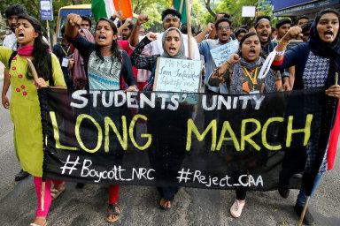 Protivládní protesty vIndii sílí. Policie včásti hlavního města Dillí zavedla poúterních násilných protestech zákaz shromažďování.