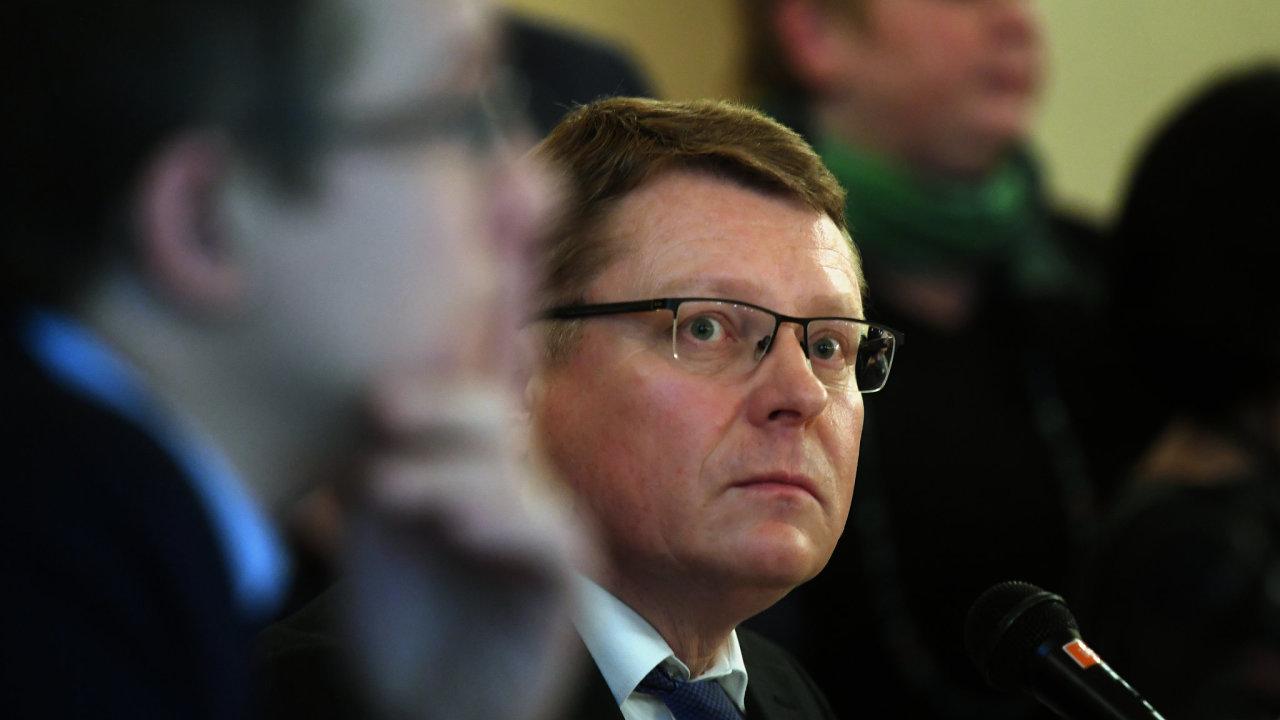 Zastupitelstvo Prahy 1 se sešlo na mimořádném jednání. Na programu bylo odvolání starosty Pavla Čižinského (vlevo). Vpravo je tehdejší první místostarosta Petr Hejma, který se stal novým starostou.