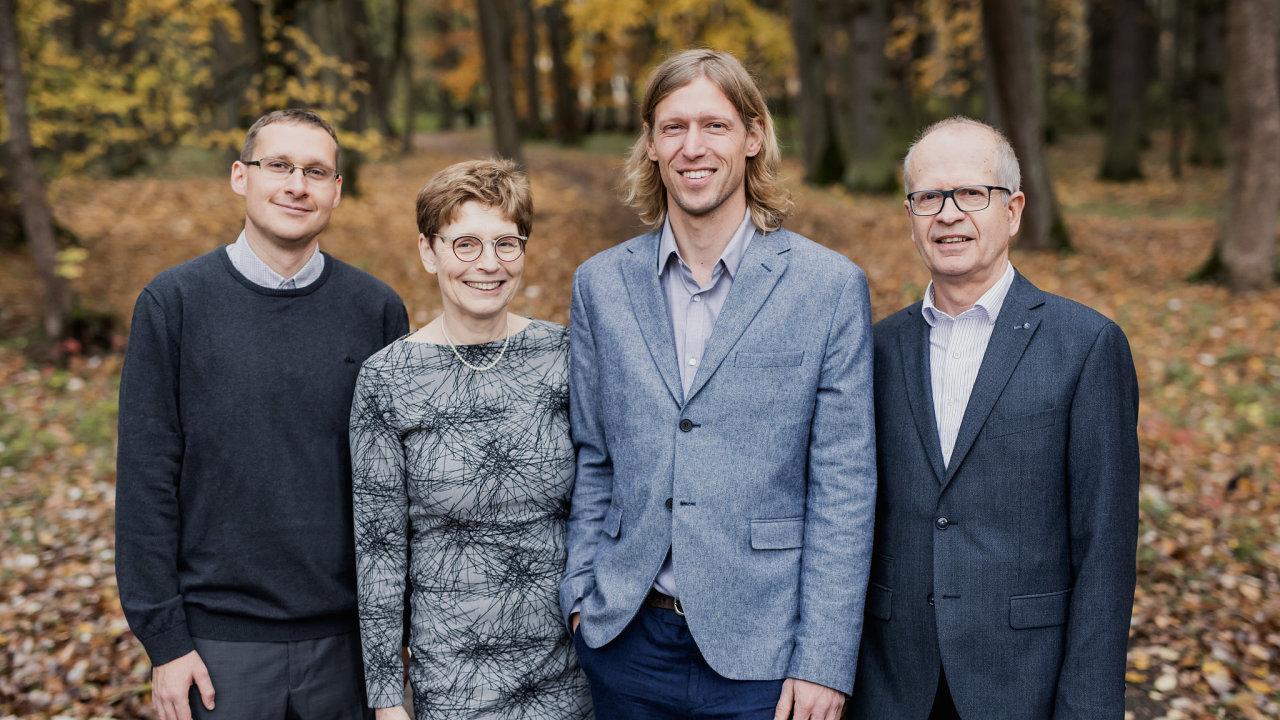 Manželé Hana a Dalimil Dvořákovi české nadějné vědce podporují už sedm let přes svou Nadaci Experientia. Na snímku jsou s dvěma stipendisty, Lukášem Maierem (vlevo) a Ondřejem Baszczyňským.