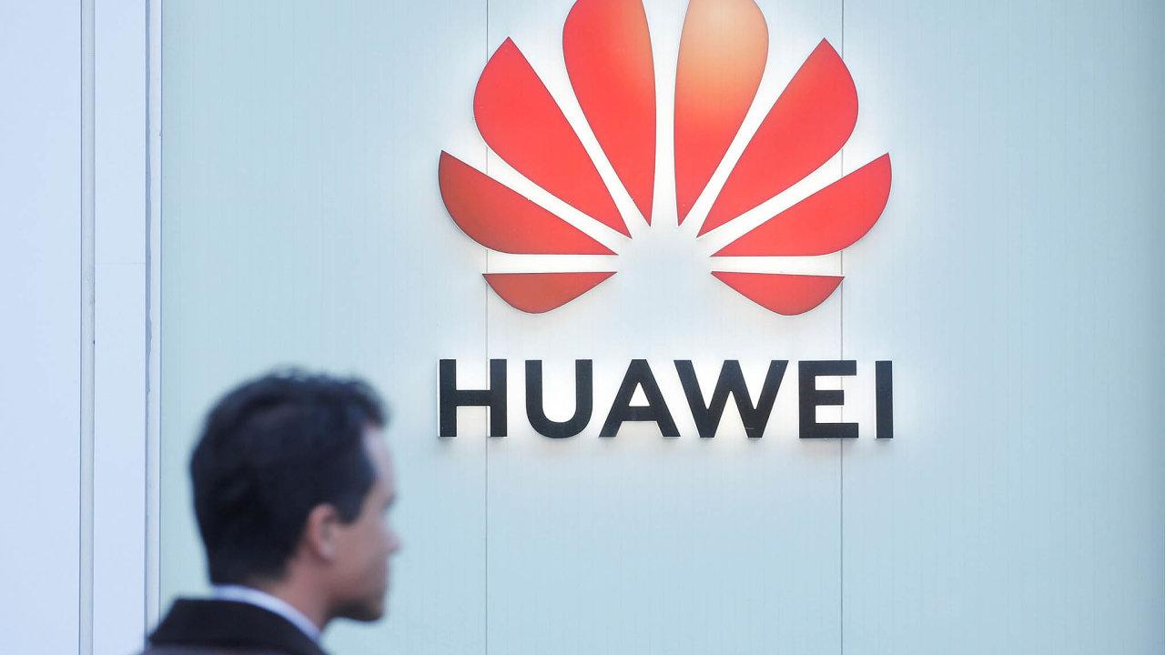 V loňském roce zařadili Američané Huawei na takzvanou černou listinu, která omezuje její přístup k americkým technologiím.
