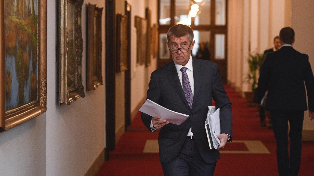 Premiér Andrej Babiš (ANO) přichází na schůzi vlády..